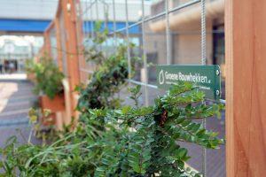 plantenbak aan bouwhek