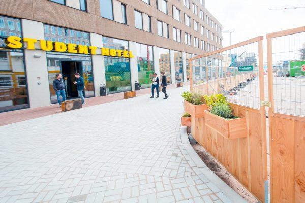 Groene Bouwhekken op stationsplein Delft