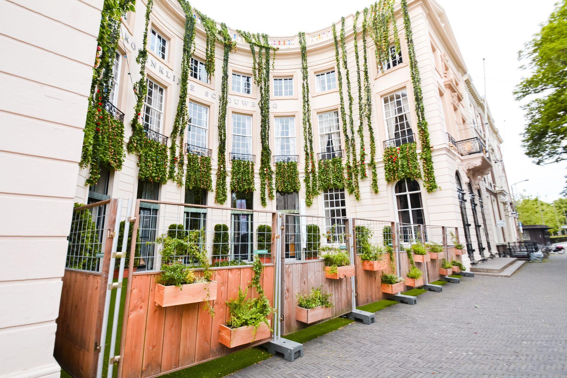 Groene Bouwhekken bij Koningklijke Schouwburg Den Haag